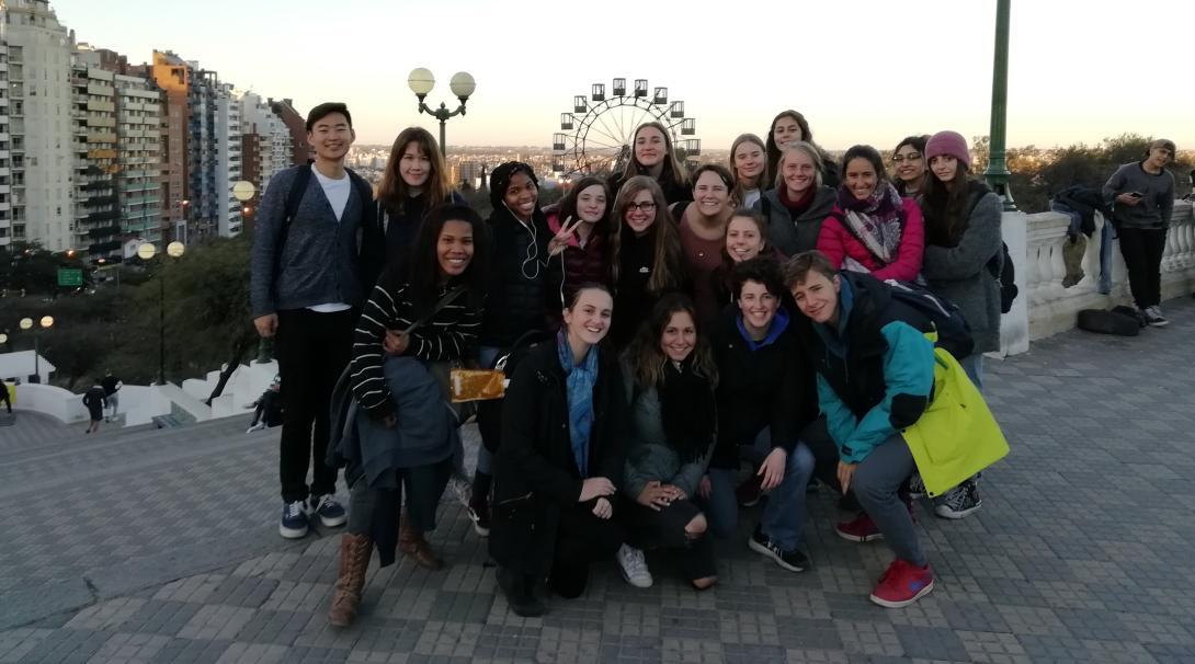 Jóvenes voluntarios explorando Argentina durante una actividad social.
